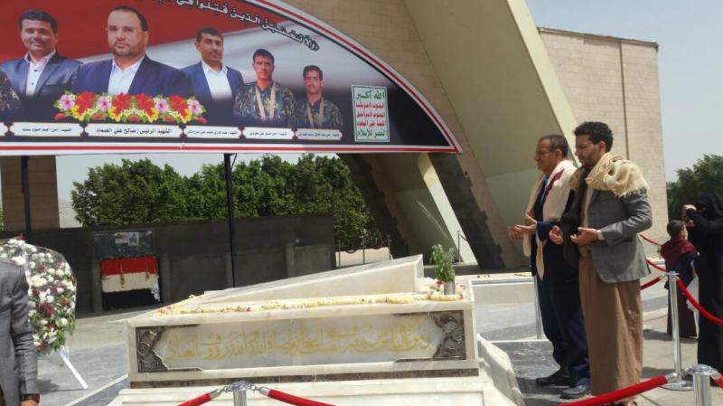 الحوثيون يجبرون طلاب المدارس في صنعاء على زيارة قبر الصماد