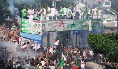 """( بالصور ) المنتخب الجزائري يحظى باستقبال رسمي وشعبي  بالجزائر وضغوط جماهيرية  للتمديد للمدرب """" حاليلوزيتش"""