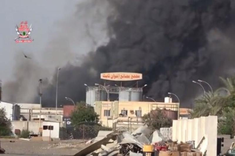 الحوثيون يقصفون مجمعاً تجارياً في الحديدة