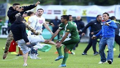 مؤيدون لغزة  يقتحمون مباراة لكرة القدم وينهالون بالضرب على لاعبين إسرائيليين بالنمسا