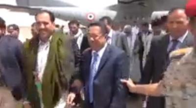 (شاهد بالفيديو) لحظة وصول واستقبال اللجنة الرئاسية في مطار صعدة والمكلفة بلقاء زعيم جماعة الحوثيين