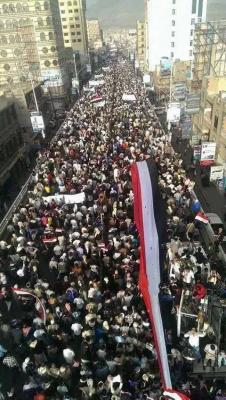 ( فيديو) تصوير جوي يظهر حجم حشود المتظاهرين الداعمين للإصطفاف الوطني ودعم مخرجات الحوار الوطني