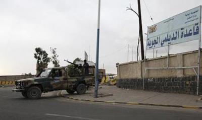 أسباب قيام ضباط وجنود بإغلاق ابواب قاعدة الديلمي الجوية بصنعاء