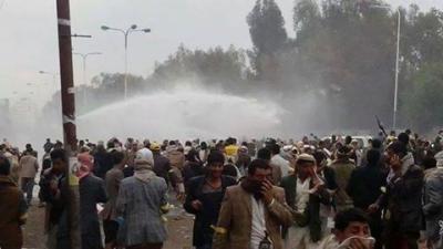 اشتباكات بين قوات مكافحة الشغب والحوثيين في شارع المطار وتوتر شديد يسود المنطقة ( صورة)