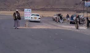 الحوثيون يقطعون خط المحويت - صنعاء أمام المسافرين في منطقة بيت أنعم