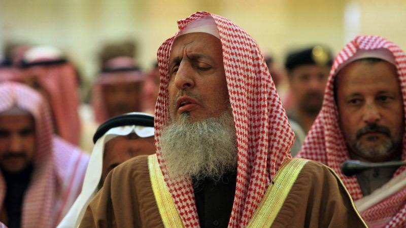 مُفتي السعودية يوضح حكم تحديد صلاة العشاء والتراويح بـ 30 دقيقة