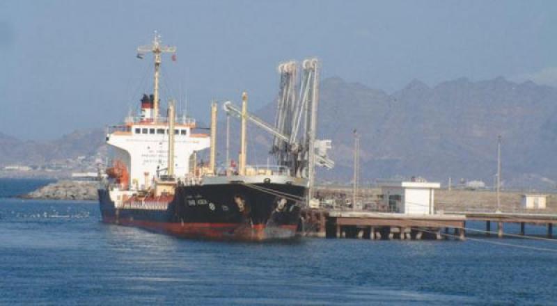 الحكومة اليمنية تكشف تفاصيل الإفراج عن شحنات وقود عبر ميناء الحديدة