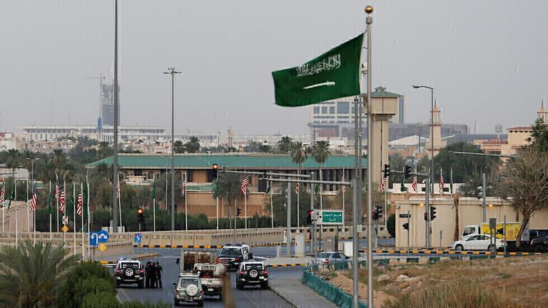 السلطات السعودية تلزم الأجانب القادمين بغرض السياحة والزيارة والعمرة بامتلاك تأمين صحي يغطي الإصابة بكورونا
