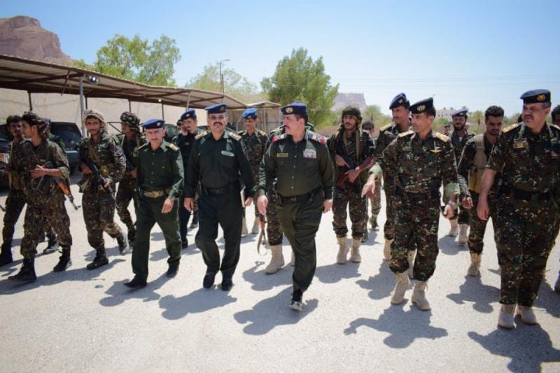 اللواء حيدان يتفقد معسكر قوات الأمن الخاصة بوادي وصحراء حضرموت
