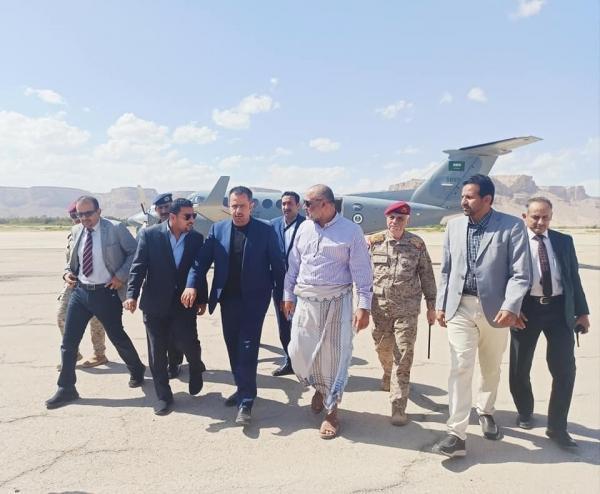رئيس الوزراء يصل إلى سيئون قادماً من مأرب