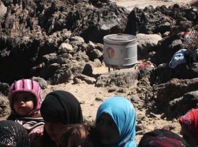 (بالصور ) كهوف رداع تؤي نازحين شردتهم الحرب الأمريكية - الحوثية على رداع