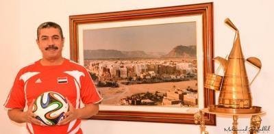 """رئيس الوزراء  """" بحاح """" يرتدي فانلة المنتخب الوطني ويساند اللاعبين في بطولة خليجي22  (صورة)"""