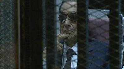 """تبرئة  """" الرئيس المصري السابق """" مبارك ومعاونيه في كل القضايا المنظورة"""