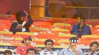 القبض على فتاة حضرت مباراة الاتحاد والشباب السعودي بزي رجالي ( صورة)
