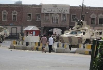 توتر تشهده المنطقة المحيطة بوزارة الدفاع عقب إنتشار مفاجئ للأطقم الحوثية