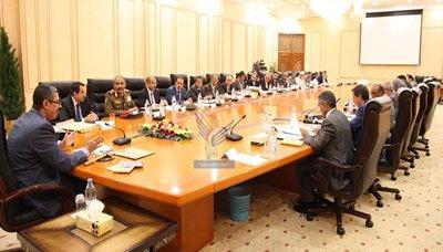 الحكومة تُلزم كافة الوزارات ومؤسسات الدولة بإحالة كل من بلغ أحد الأجلين إلى التقاعد