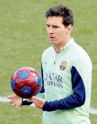 ( شاهد بالفيديو ) ميسي وهو يرفع الكرة اكثر من 18 متر ويستقبلها بقدمه دون أن تلمس الأرض