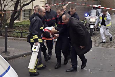 شاهد بالفيديو -  أثناء هجوم مسلحين على مقر صحيفة فرنسية يخلف 12 قتيلاً