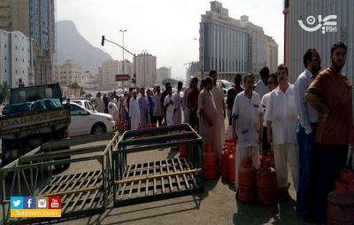 (شاهد بالصور ) أزمة غاز تطال السعودية والطوابير على أبواب المحلات وناشطون يمنيون يعلقون