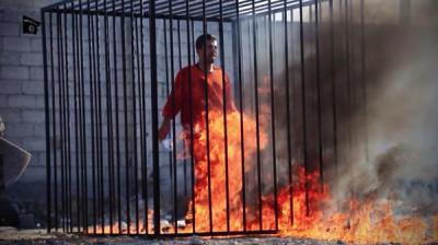 """( شاهد بالصور ) تنظيم """" داعش """" يحرق الطيار الأردني """" معاذ الكساسبة"""" حياً"""