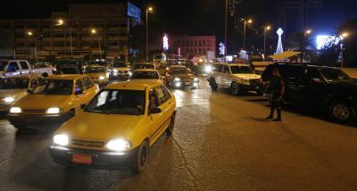 البغداديون يتجولون بحرية ليلا بعد رفع الحظر