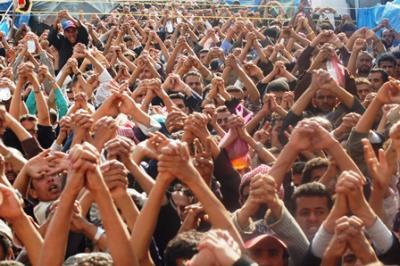 الحوثيون يطلقون الرصاص الحي باتجاه المتظاهرين في شارع الزبيري بصنعاء