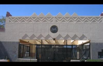 الحوثيون يستعدون لإقامة إحتفالات داخل السفارة الأمريكية بعد أن قاموا بنهب المركبات وأسلحة السفارة