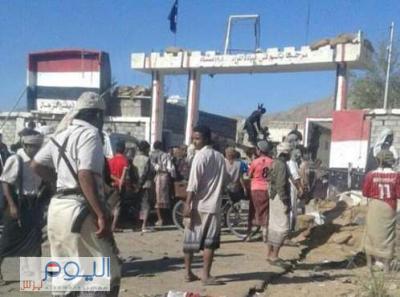 عاجل : ( بالصور ) مسلحوا القاعدة والقبائل يسيطرون على اللواء 19 ميكا بشبوة