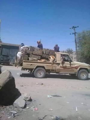 شاهد بالصور - الأسلحة التي قام بنهبها مسلحوا تنظيم القاعدة عند إقتحامهم للواء 19 ميكا بمحافظة شبوة