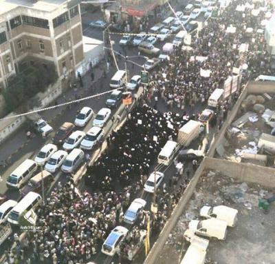 ( شاهد بالصور) أكبر حشد ثوري في العاصمة صنعاء منذ الإنقلاب الحوثي ورغم مواجهة المسيرات بالرصاص الحي