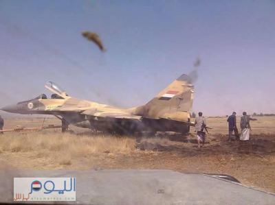 بالصورة - الطائرة الحربية التي أخطأت الهبوط عند المدرج في قاعدة الديلمي الجوية بصنعاء