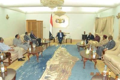 ( صور - تفاصيل) أول ظهور للرئيس هادي في إجتماعه مع محافظين وقيادات عسكرية