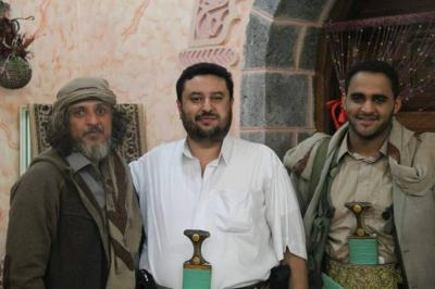 الحوثيون يفرجون عن الشيخ سام الاحمر(صور