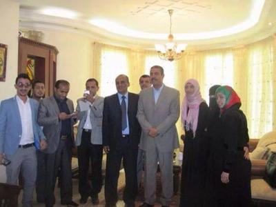 مجموعة الضغط الشبابية تلتقي رئيس الوزراء المستقيل خالد بحاح في مقر اقامته الجبرية