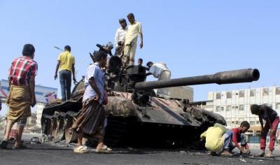 الحوثيون يتراجعون في عدن والمقاومة الشرسة وقصف البوارج الحربية تعيق تقدمهم