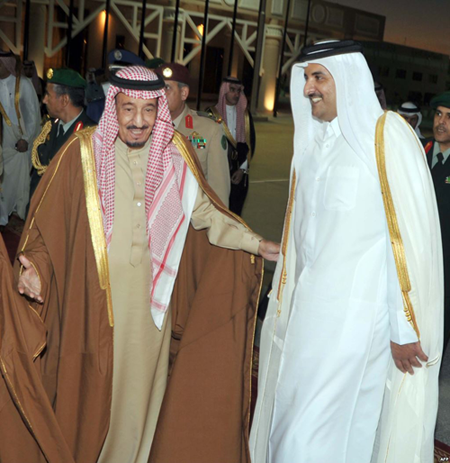 """أمير قطر يتفقد غرفة عمليات """"عاصفة الحزم"""""""