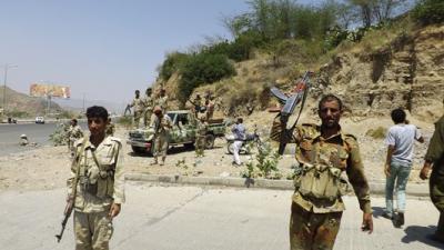 """مصدر عسكري يكشف أسباب انتشار أفراد اللواء """"35"""" الموالي لـ هادي بتعز"""