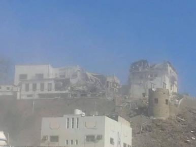 طيران التحالف يدمر منزل البيض بمعاشيق عدن ومقتل كل من بداخله ( صورة)
