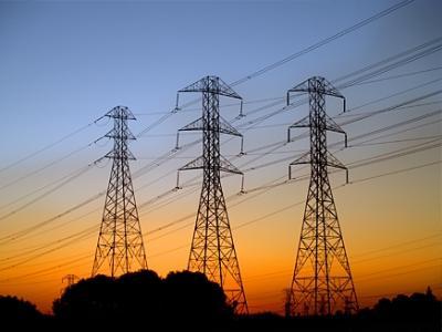 الفرق الهندسية الخاصة بإصلاح خطوط الكهرباء بمأرب تتعرض لإطلاق نار وتكشف عن موعد عودة التيار الكهربائي
