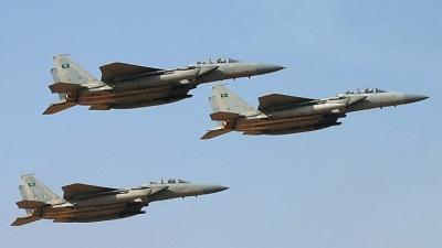 """استمرار تصاعد الدخان من مقر الفرقة الأولى مدرع """" سابقاً"""" نتيجة لقصف طائرات التحالف للمنطقة"""