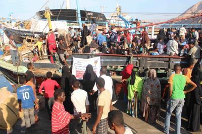 لاجئون صومال يغادرون اليمن بعد أن إستقرت بلدهم من الصراعات وانتقلت إلى اليمن  .. المشهد الذي لم يكن متوقعا أبدا ( صورة