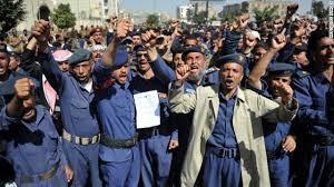 """خلافات تعصف بالحوثيين والضباط المحسوبين على الرئيس السابق """" صالح """" تدفع بالحوثيين إلى منع أولئك الضباط من ممارسة أعمالهم"""