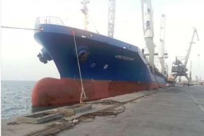 وصول ما يقارب 300 الف لتر من المشتقات النفطية إلى ميناء الحديدة ومصدر يكشف عن الجهة المستفيدة منها