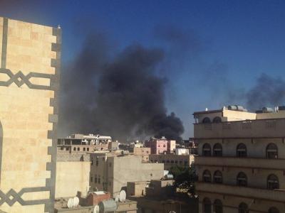 إنفجارات عنيفة وتصاعد الأدخنة من داخل معسكر الصيانة بصنعاء ( صور)