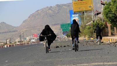 بسبب إنعدام المشتقات النفطية : نساء يقودن دراجات هوائية بصنعاء (صورة)