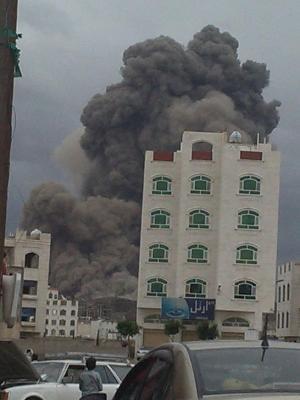 """بالصور - إنفجارات عنيفة لمخازن الأسلحة التابعة لمعسكر السواد وضبوة بصنعاء التابعة للحرس الجمهوري """" سابقاً"""" في قصف اليوم"""