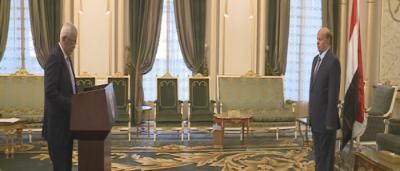 الدكتور يا سين سعيد نعمان يؤدي اليمين الدستورية أمام الرئيس هادي  ( صورة)