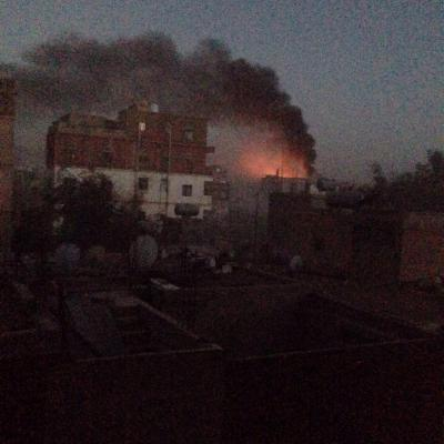 شاهد بالصور - إرتفاع أعمدة الدخان وإشتعال النيران في معسكر النقل بعد غارات جوية من قبل طيران التحالف فجر اليوم