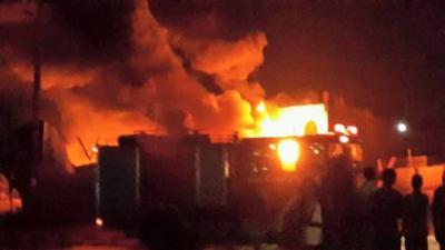 عاجل : ( صور أوليه ) قتلى وجرحى في غارة جوية بالقرب من سكن القوات البحرية والقيادة بالحديدة