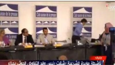 """شيخ قبلي يعرض مبلغ مليون ريال لشراء حذاء الصحفية """" ذكرى العراسي """" التي قذفت حمزه الحوثي بحذائها بجنيف"""